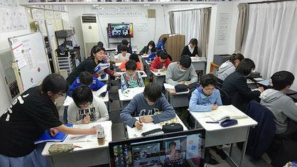 授業風景とAQURASの生徒たち