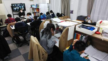 学習塾AQURASでの自習風景