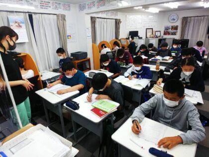 AQURASの生徒たちが学習する風景