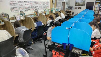 学習塾AQURASに通う生徒たちの自習風景