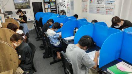 学習塾AQURASの生徒たちの自習風景