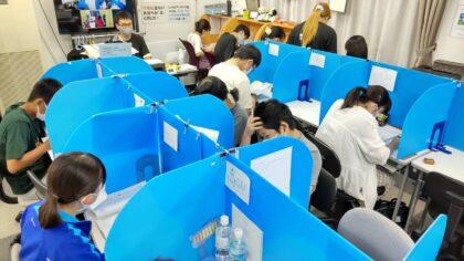学力再生工房AQURASで自習する生徒たち